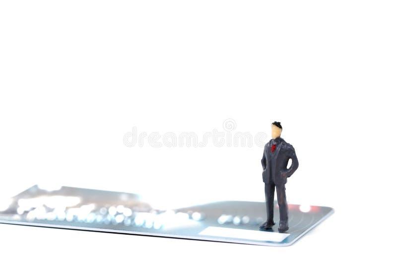 Calcoli l'uomo d'affari miniatura o la piccola gente che sta con la pila fotografia stock libera da diritti