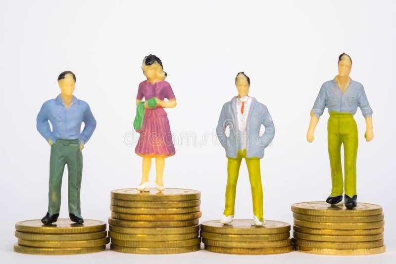 Calcoli l'uomo d'affari miniatura o piccoli investitore ed ufficio della gente immagini stock libere da diritti
