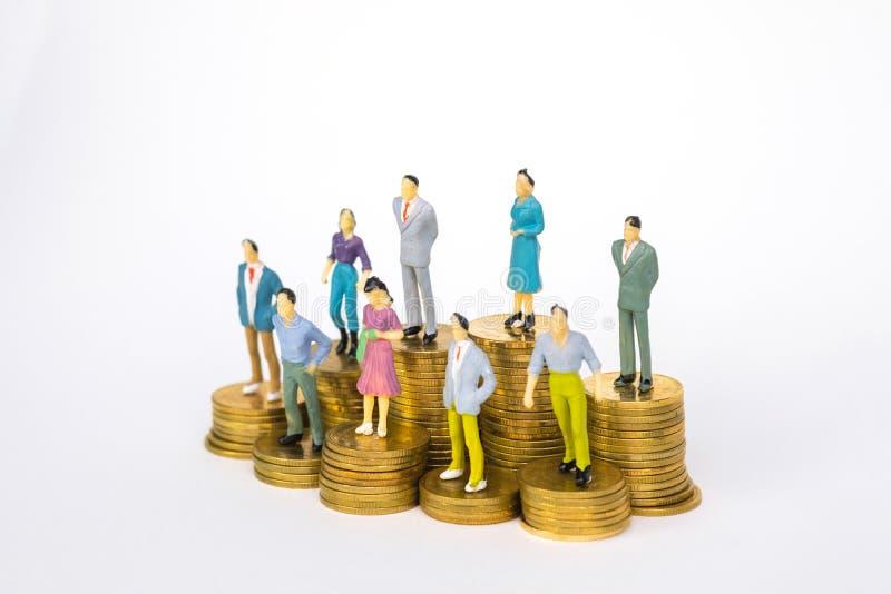 Calcoli l'uomo d'affari miniatura o piccoli investitore ed ufficio della gente immagini stock