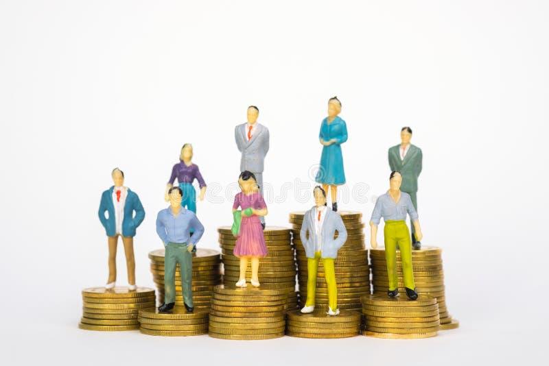 Calcoli l'uomo d'affari miniatura o piccoli investitore ed ufficio della gente fotografia stock libera da diritti