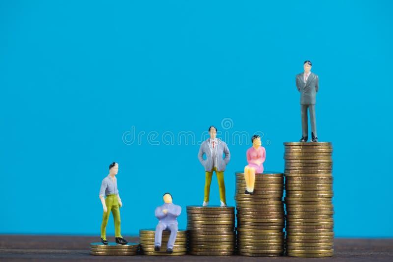 Calcoli l'uomo d'affari miniatura o piccoli investitore ed ufficio della gente fotografia stock