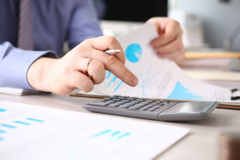 Calcul du processus de rapport d'impôts de budget de finances photos stock