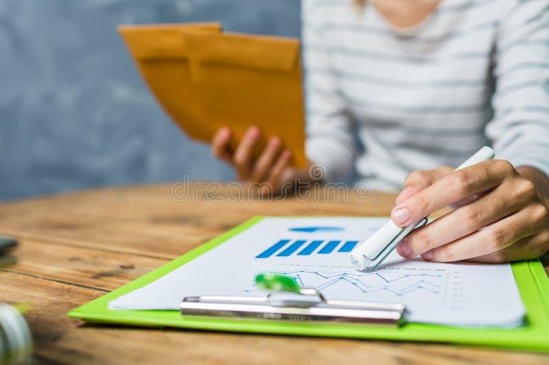 Calcul travaillant d'impôts de maison de dur labeur de jeune femme à la maison photographie stock libre de droits