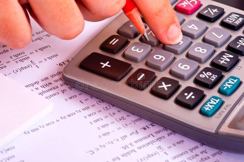Calculadora al lado de la matemáticas Exercices imagenes de archivo