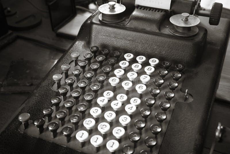 Calculadora antiga original da máquina de escrever no tom do sepia fotos de stock