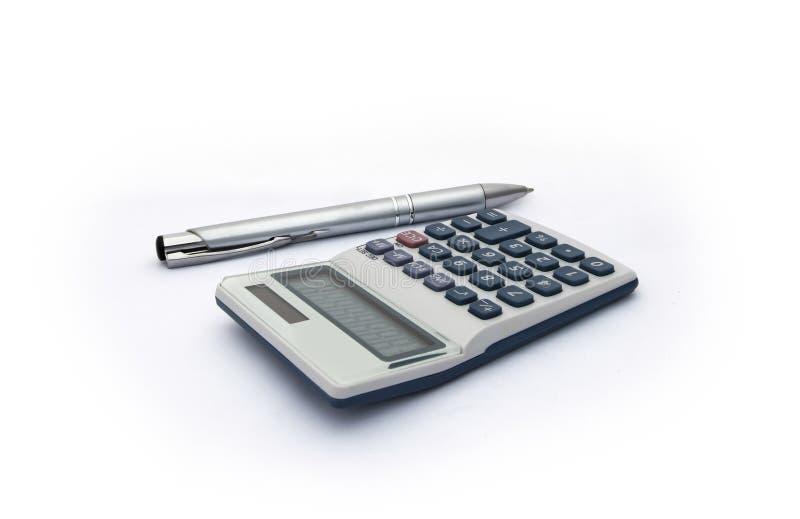 calculadora azul y blanca con con la pluma de la energía solar y de la plata para las cuentas, el negocio, la educación etc en el fotos de archivo