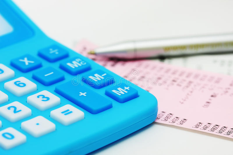 Calculadora Azul Y Factura Fotografía de archivo libre de regalías