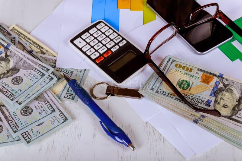 Calculadora, billete de dólar, billete de banco del dólar, pluma, carta de negocio, vidrios imagen de archivo libre de regalías
