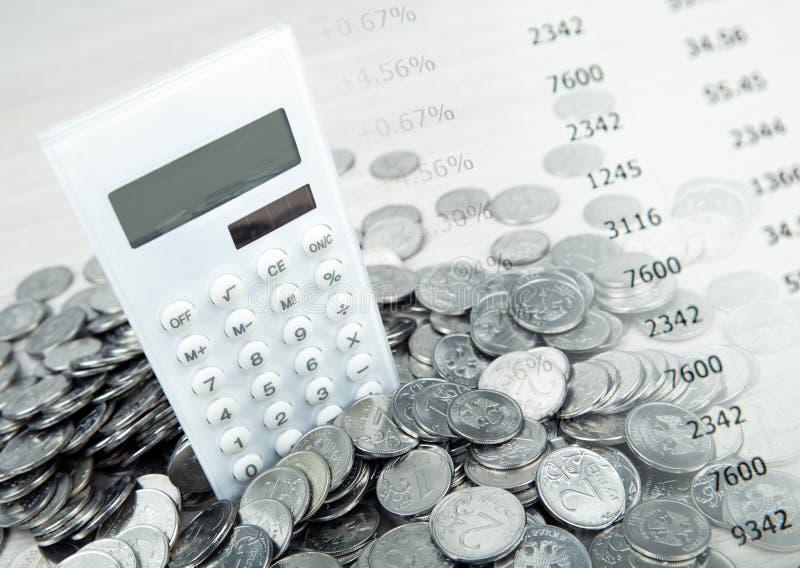 Calculadora blanca con las monedas y los dígitos de la rublo rusa fotografía de archivo