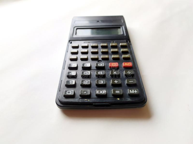 Calculadora científica negra en el fondo blanco fotografía de archivo