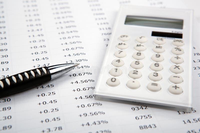 Calculadora com números e pena no desktop foto de stock royalty free