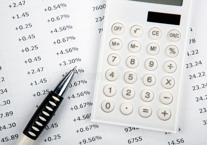 Calculadora com números e pena no desktop imagens de stock