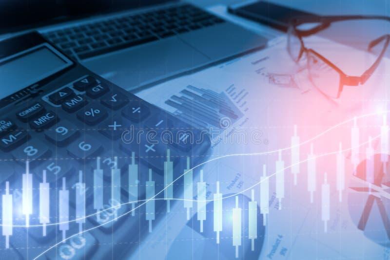 Calculadora com relatório dos gráficos e das cartas de negócio fotografia de stock royalty free