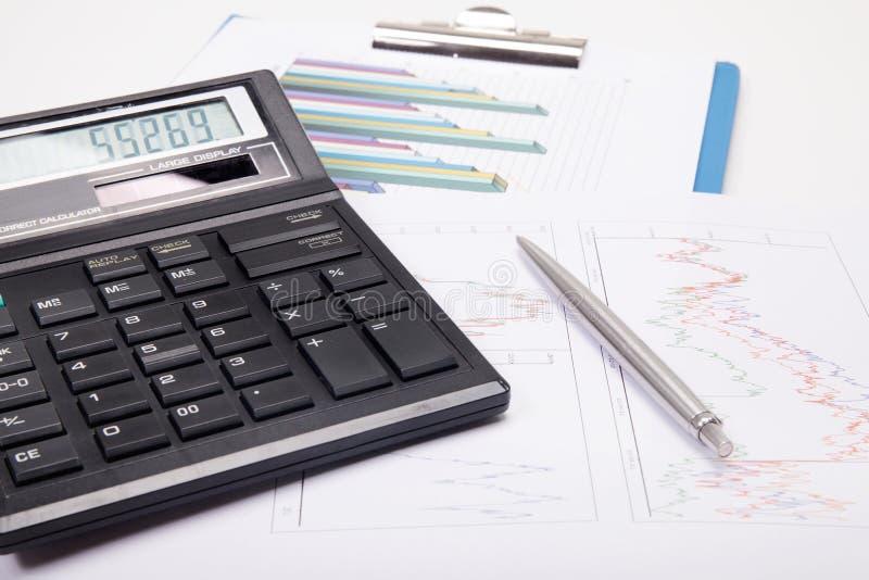 Calculadora con la pluma en gráfico fotografía de archivo libre de regalías