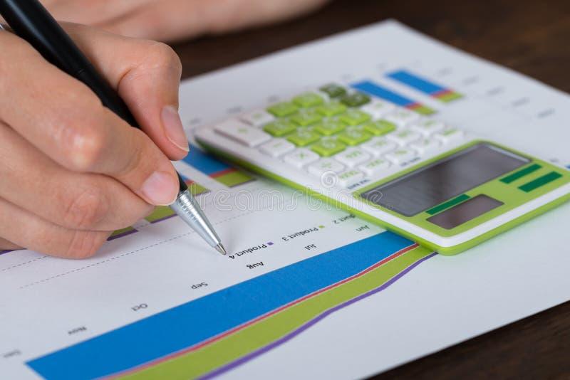 Calculadora de Analyzing Graph With de la empresaria imagenes de archivo
