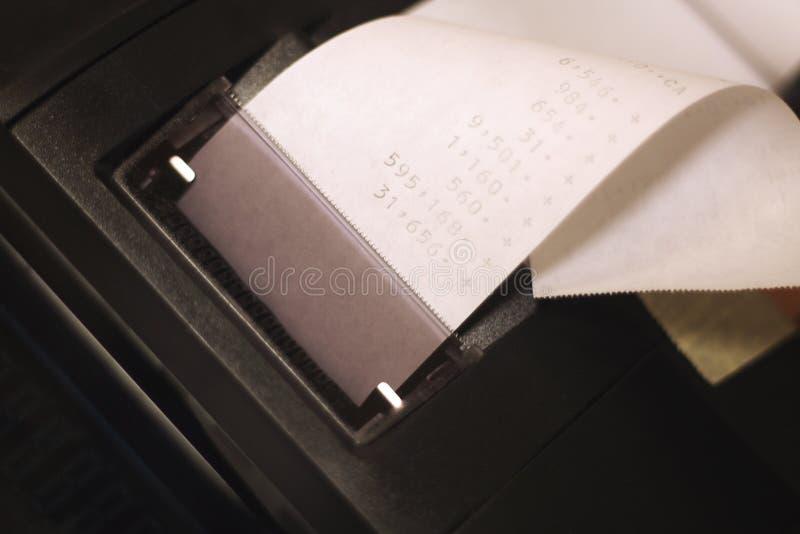 Calculadora de escritorio con el rodillo de papel fotos de archivo libres de regalías