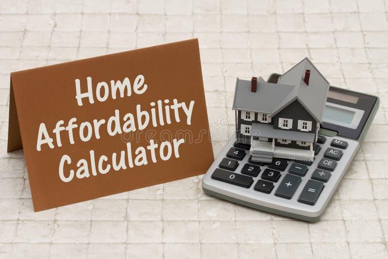 Calculadora de la asequibilidad de la hipoteca casera, casa gris de A, tarjeta marrón imagen de archivo libre de regalías