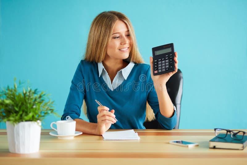 Calculadora de la demostración de la mujer de negocios imágenes de archivo libres de regalías