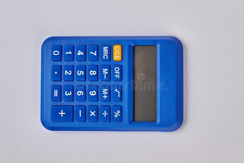 Calculadora digital azul en el fondo blanco fotografía de archivo libre de regalías