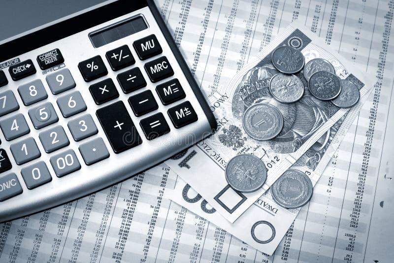 Calculadora, dinero polaco y periódico imagen de archivo libre de regalías