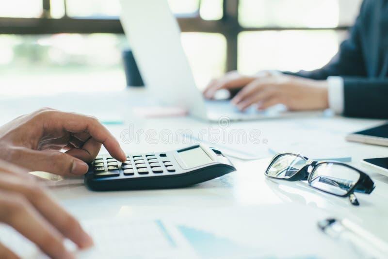 Calculadora do uso do contador ou do banqueiro fotografia de stock royalty free
