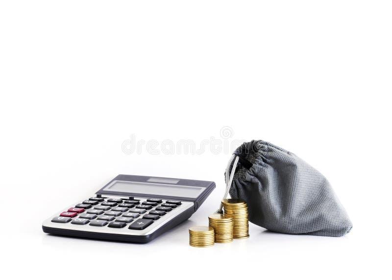 A calculadora e as moedas com dinheiro ensacam para o conceito dos empréstimos foto de stock