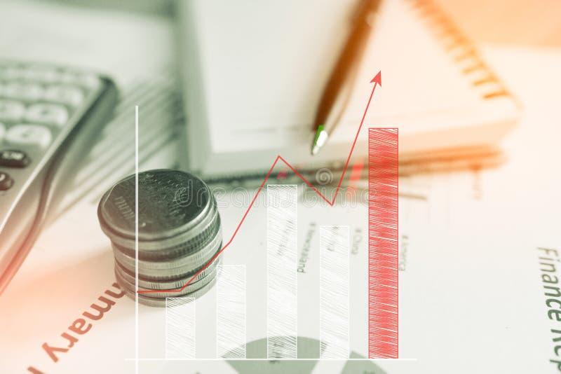 Calculadora e moeda, o dinheiro com gráficos de negócio e as cartas relatam em tabble, calculadora na mesa do aplanamento finance imagens de stock