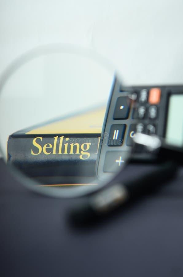 A calculadora e o livro imagem de stock royalty free