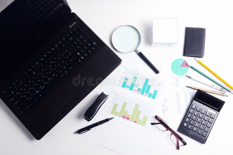 Calculadora e originais diferentes, pena, vidros, vista superior imagem de stock