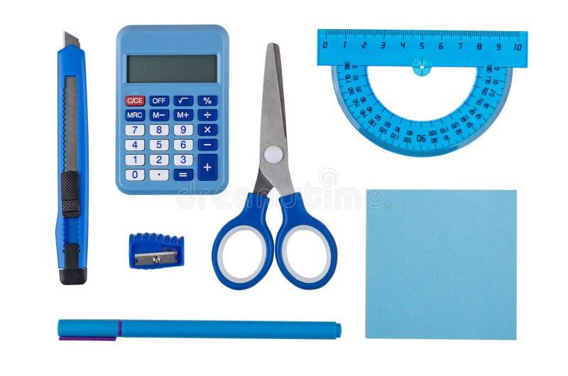 Calculadora eletrônica e outras ferramentas dos artigos de papelaria da cor azul isoladas no branco imagens de stock royalty free