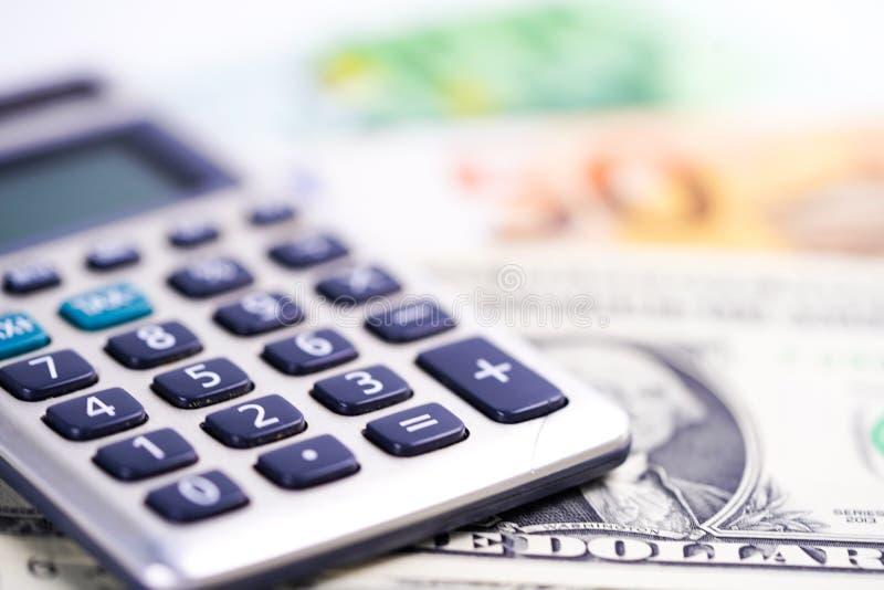 Calculadora en billetes de banco del dólar americano y del euro Finanzas, cuenta, estadísticas, datos analíticos de la investigac imagen de archivo libre de regalías