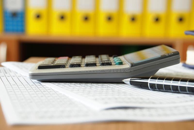 Calculadora en el escritorio de oficina imagen de archivo