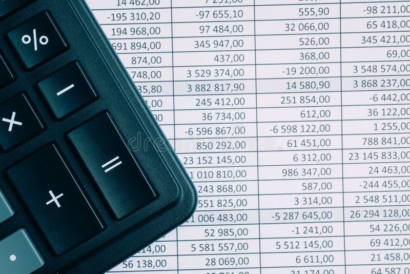 Calculadora en el fondo de papel con totales entonado fotografía de archivo libre de regalías