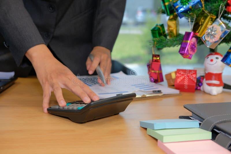 calculadora financeira do uso do conselheiro para calcular o rendimento & o orçamento fotografia de stock royalty free