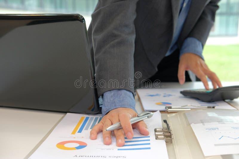 calculadora financeira do uso do conselheiro para calcular o rendimento & o orçamento imagens de stock royalty free