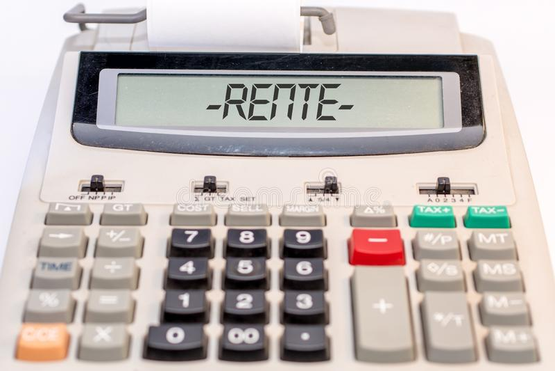 Calculadora grande con la palabra alemana para la pensión en la exhibición imagen de archivo