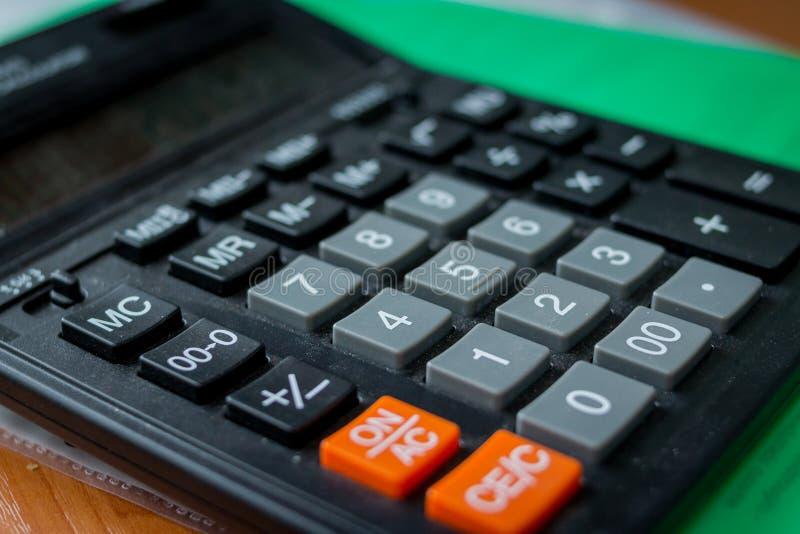 Calculadora isolada no fundo branco, dispositivo para calcular os números Ideia superior de números da calculadora e da escrita imagem de stock royalty free