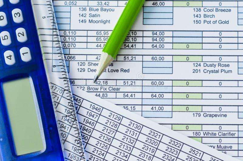 Calculadora, lápiz y hoja de datos fotos de archivo libres de regalías