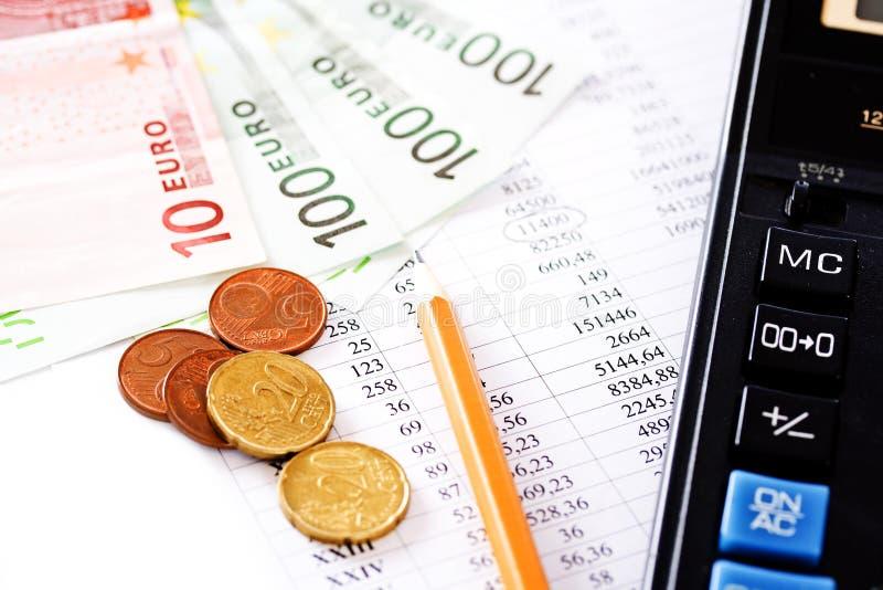 Calculadora, moedas e cem contas do euro imagens de stock royalty free