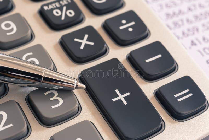 Calculadora para los servicios de la contabilidad de impuesto, filtro del vintage fotografía de archivo