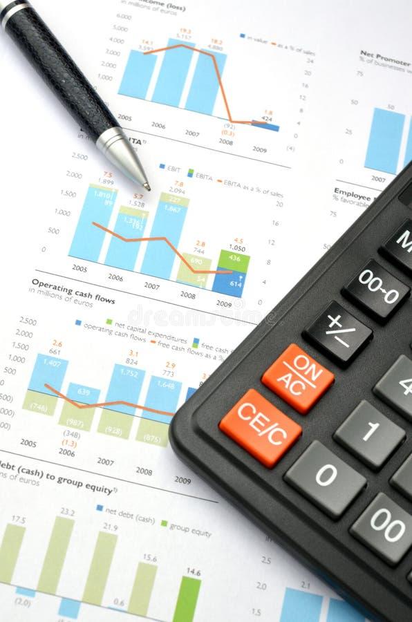 Calculadora, pena e gráfico fotografia de stock royalty free