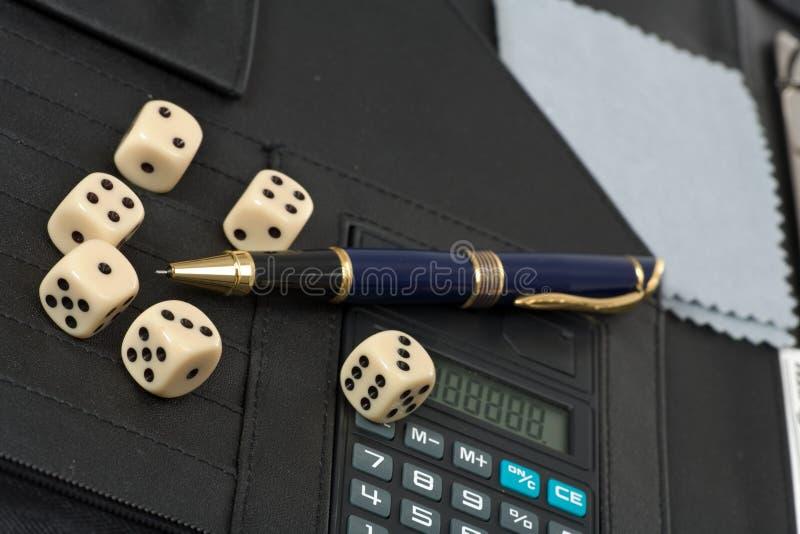 Calculadora, penas, dados e conceito financeiro fotos de stock royalty free