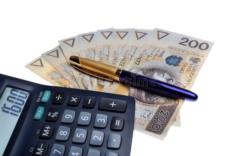 Calculadora polaca del sueldo del dinero y una pluma foto de archivo