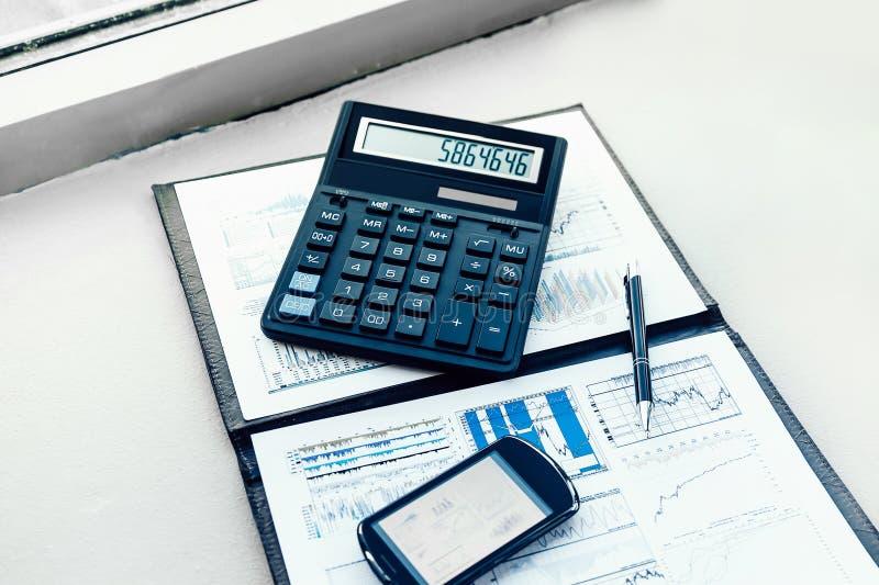 Calculadora, smartphone e documentos financeiros na mesa do homem de neg?cios fotografia de stock royalty free