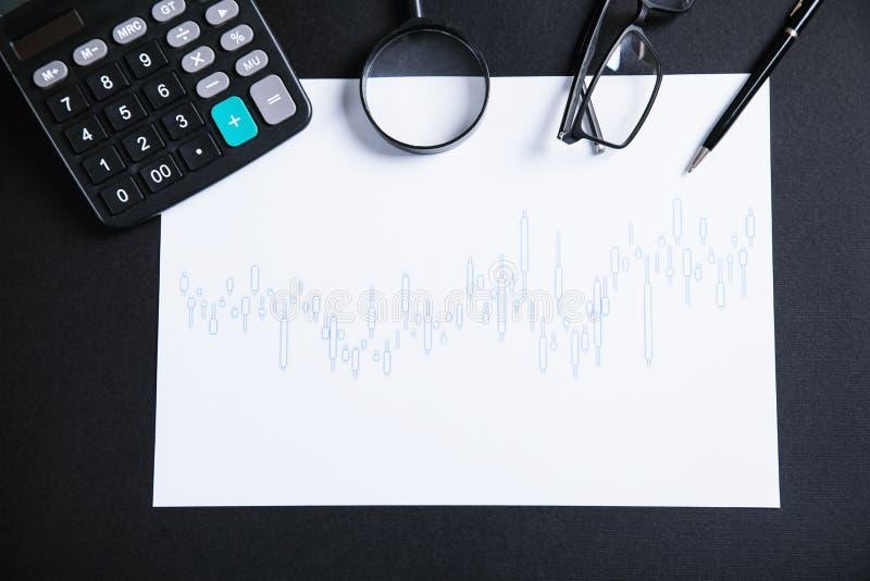 Calculadora, vidros, lente de aumento e pena com gráfico do investimento conservado em estoque imagem de stock royalty free