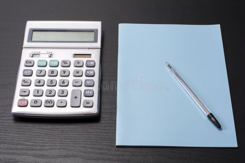 Calculadora y cuaderno imagen de archivo libre de regalías