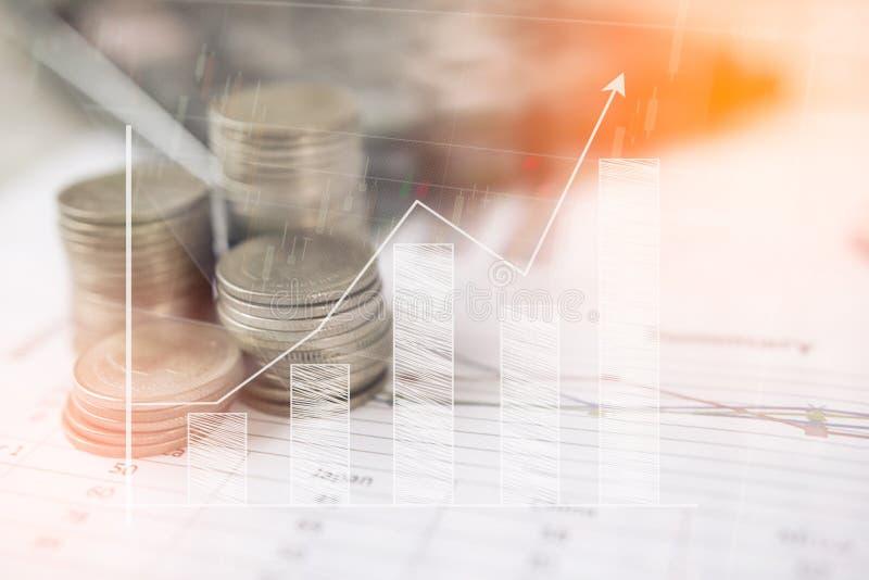 Calculadora y moneda, el dinero con los gráficos de negocio y las cartas divulgan sobre la tabla, calculadora en el escritorio de fotos de archivo libres de regalías