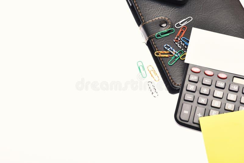 Calculadora y papel Herramientas de la oficina aisladas en el fondo blanco con el espacio de la copia Concepto del negocio y del  imagen de archivo libre de regalías
