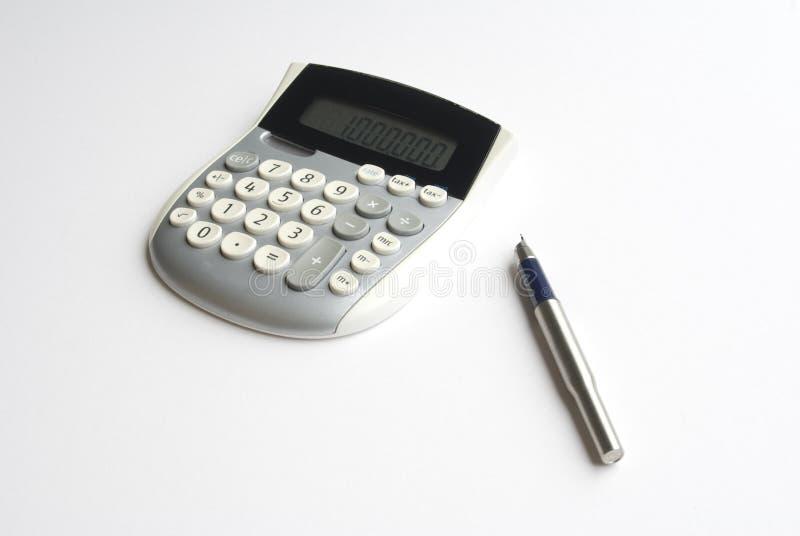 Calculadora y pluma foto de archivo