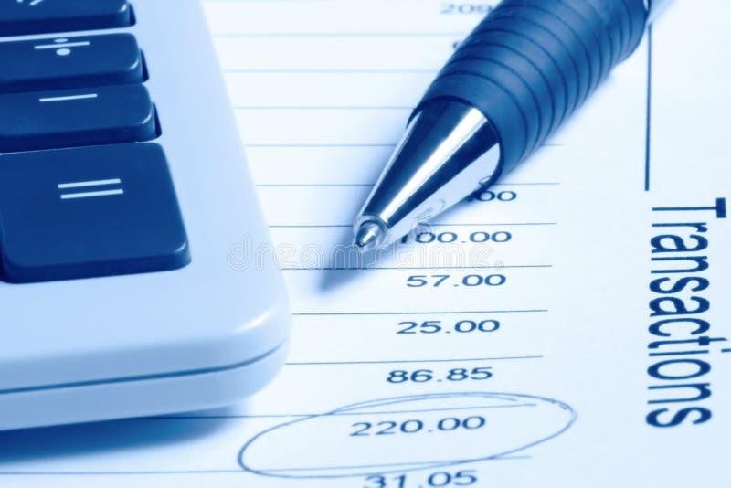 Calculadora y pluma en el estado financiero imagenes de archivo